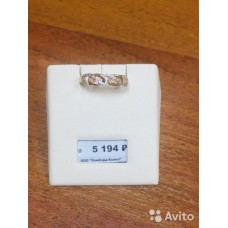 Золотое кольцо,украшенное россыпью камней